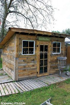 Shed made from pallets and tin cans | 1001 Pallets