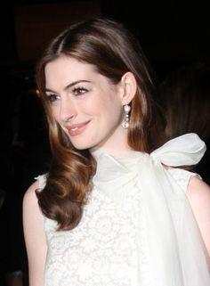 Anne Hathaways glamorous, wavy hairstyle