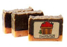 Learn how to make this natural homemade soap recipe crafted with real, ripe tomatoes and a natural basil essential oil. Plus there are free printable labels for your creations!