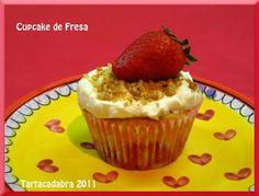 """Aquí está la receta del cupcake de """"Strawberry Cheese cupcake"""":  120 g de harina  140 de azúcar  1½ cucharadilla de levadura química  una pizca de sal  40 g de mantequilla a temperatura ambiente  120 ml de leche entera  ½ cucharadilla de esencia de vainilla  1 huevo (L)  12 fresas grandes, cortadas en trocitos pequeños  galletas tipo Digestive  Crema de queso para cubrir el cupcake"""