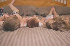 newborn & sibling photography ideas | TheMombot.com
