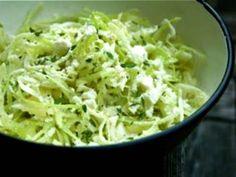 Hoy les muestro como hacer la típica y sencilla ensalada de repollo con cilantro, es rápida de preparar y la puedes ofrecer como entrada o para acompañarla especialmente con pollo o carne.    Ingredientes:        1 pieza de repollo      3 varitas de cebollin      1 mazo de cilantro      1 chile cerrano      Mayonesa      1 limón      Sal y pimienta