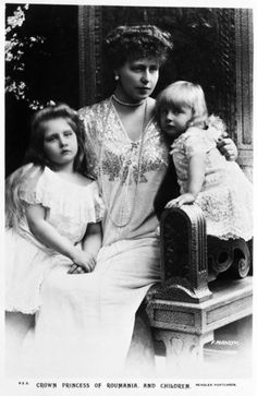 Marie, Queen of Romania with her daughters Elizabeth and Marie in 1902.
