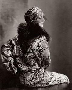 Un modèle pose pour Edward Steichen dans Vogue (Novembre 1925), portant une coiffe ornée de Suzanne Talbot et un manteau orné avec col en renard.