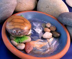 Tortuga pintada a mano en piedra de río por rocksnpots en Etsy