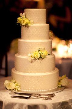 Torta de boda de punticos de color blanca decorada con rosas amarillas. #TortaDeBoda