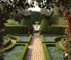 bird topiary in hidcote garden  #garden #jardin