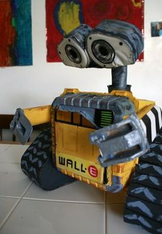 Wall-E made out of random junk such as a tape dispenser, yogurt cup, and cardboard. Let's give a round of applause!