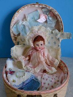 Vogue Ginny - CRIB CROWD Baby - In Case with Wardrobe ~ Great way to display too.