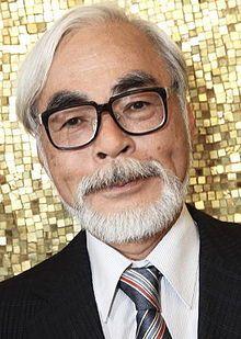 Hayao Miyazaki est un dessinateur de manga, un réalisateur de films d'animation japonais et le cofondateur du Studio Ghibli. Il est né en 1941 à Tōkyō, au Japon.  Ses films rencontrent aujourd'hui un grand succès partout dans le monde   Il explore souvent les mêmes thèmes centraux, la relation de l'humanité avec la nature, l'écologie et la technologie, etc. (Le château dans le ciel, Mon voisin Totoro, Princesse Mononoké, Le voyagae de Chihiro, Le château ambulant, etc.).