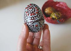 egg with decorative designs using 3-D paint