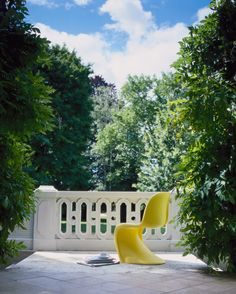 Relax in style and comfort with Vitra … choose bright yellow for that special summer touch