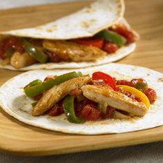 Fajitas de Pollo Fáciles de Preparar... Una sencilla fajita preparada con pollo tierno, coloridos pimientos, cebollas, especias y tomates como cena rápida de entresemana
