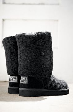 Black knit Uggs <3