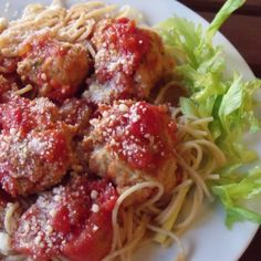 Chicken Meatballs and Spaghetti with fresh tomato sauce. Part of a great #Sundaysupper lineup of Budget-friendly meals!