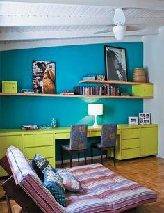 O azul de uma das paredes contrasta com o verde-cítrico da marcenaria nesta suíte, usada como escritório e sala de TV.