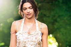 Deepika Padukone plans get together for 'Finding Fanny' team http://toi.in/5snBeY