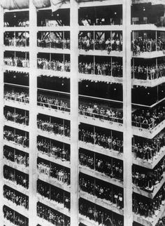 History In Pictures (@HistoryInPics) tweeted at 10:15 PM on Wed, Sep 03, 2014: 3000 men who helped build the 810ft high Chase Manhattan Bank in NYC stand in the window spaces of the building, 1964 http://t.co/EGsdobJw4c