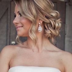 Bridal Hairstyles - le acconciature più belle http://ilsognodiunavita-thedreamofmylife.blogspot.it/2014/06/bridal-hairstyles-le-acconciature-piu.html Hair Colors, Bridesmaid Hair, Wedding Updo, Prom Hair, Messy Buns, Wedding Hair Styles, Wedding Hairstyles, Earring, Wedding Day Hair