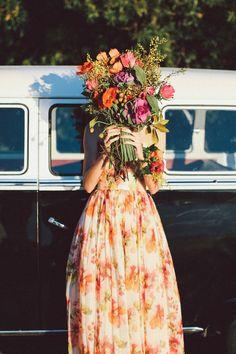 Fun с цветами | Лара Хотц Фотография для прицепили Magazine | http://burnettsboards.com/2013/11/birds-paradise-indie-wedding-inspiration/