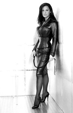 ❤❤ hard to imagine any man not being totally willing - or desperately eager -  to kneel obediently on the floor before her ❤❤