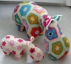 Hippo heeft een kleintje erbij: Hippolientje!  (naar het patroon van Heidi Bears)
