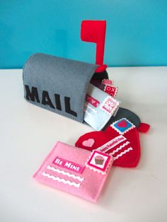 love this felt valentine playset...wish my children were still toddlers just for this!