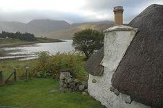 Roadside cottage between broadford and portree roadsid cottag lochsid