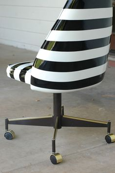 DIY Spray Painted Vinyl Chair #Littlegreennotebook