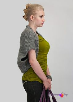Naknek: a loose and wide shrug knitted in moss stitch. Pattern available in English and Norwegian. This particular one is knitted in DROPS Eskimo.