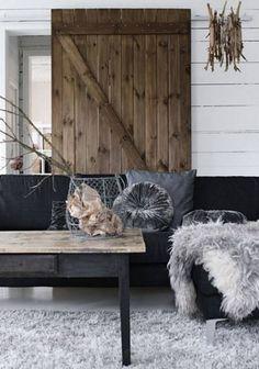 Vertical plank natural interior barn door with Z wood bracing – Detalhes Magicos via Atticmag