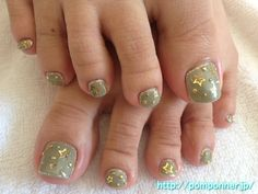 Khaki and gold is a fashionable foot nail