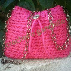 Un #bolso de mano con cadena en #trapillo #zpagetti #totora en color fucsia hecho a #crochet #ganchillo #uncinetto #ganchilloxxl, el #complemento ideal para lucir este verano.
