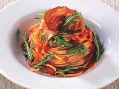 Kırmızı Biber Püresi, Prosciutto ve Rokalı Spagetti  Büyük bir tencereye içine tuz atarak, makarna suyu kaynatın. Bu esnada bir tavada orta-yüksek dereceli ısıda zeytinyağını kızdırın. Kızan yağın içine biberleri ve soğanları ekleyin. Karıştırarak 5 dakika kadar pişirin. 2 bardak su, tomatesleri, şekeri ve 3/4 çaykaşığı tuzu da içine ekleyerek 15 dakika kaynatın. Pişen sosu biraz dinlendirip…