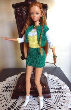 Esta es Midge la barbie embarazada. (Ya dio a luz) Conjunto de falda y chaleco verde con blusa blanca y amarilla manga larga hecho en crochet hilo algodón Le hice pantallas collar y pulseras usando piedras mostacillas.