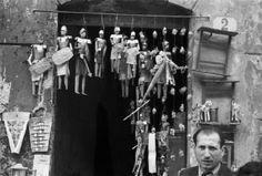 Italia Dopoguerra - Palermo - Negozio di marionette, i pupi siciliani appesi all'ingresso.Fotografia di Federico Patellani