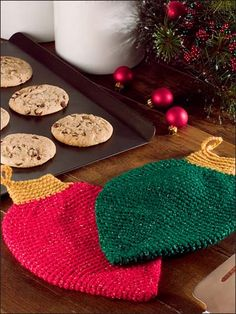 I want to start a tradition of making each family member something really cliche for the holiday Crochet - Christmas Patterns - Light Bulb Hot Pads