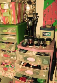 How to Organize Makeup Storage Drawers - I need this badly, my makeup is one thing that is definately NOT organized right now.