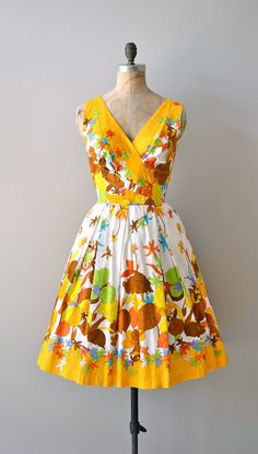 I love the tropical island meets fall forest colour palette of this cheerful 1950s dress. #vintage #1950s #dresses #fashion #yellow