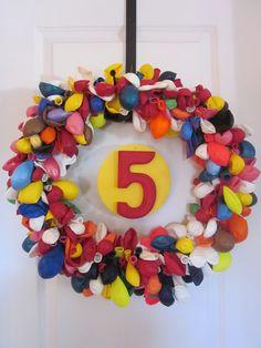 Simple Balloon Birthday Wreath simpl balloon, birthdays, eskimo kiss, birthday wreath, balloon wreath, balloon birthday, balloons, parti idea, kisses
