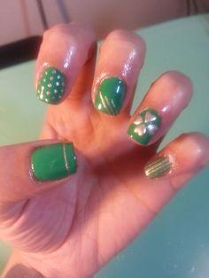 Green and gold St. Patrick's Day nail art