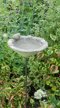 Objetos y figuras para el jard n on pinterest 21 pins for Bebederos para aves jardin