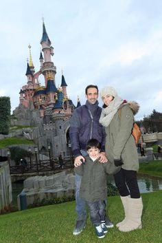 El futbolista Juanfran Torres visita Disneyland París con su mujer y su hijo