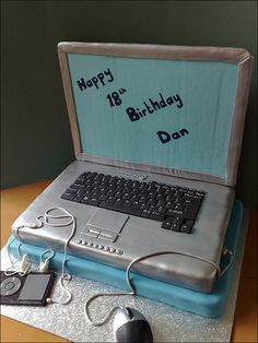 Cool laptop and mp3 player geek cake design