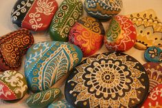 Piedras pintadas con motivos hindues