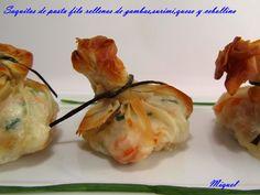 Saquitos de pasta filo rellenos de gambas, surimi, queso y cebollino