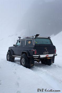 Jeep Wagoneer - nice snow tires!