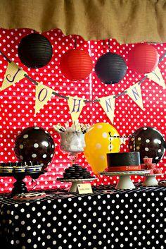 Decoración con punticos o pecas una fiesta Mickey Mouse.