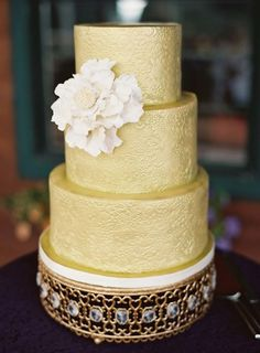 Gold detailed cake: http://www.stylemepretty.com/destination-weddings/2014/01/21/rustic-park-city-wedding-at-canyons-resort/ | Photography: Chudleigh - http://www.chudleighweddings.com/