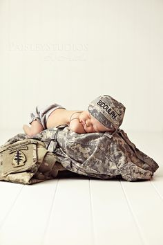 love army love newborns! Dwwaaaw im doing this with our baby!! <3